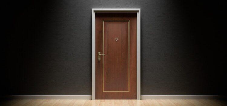 un professionnel pour installer un poignée de porte